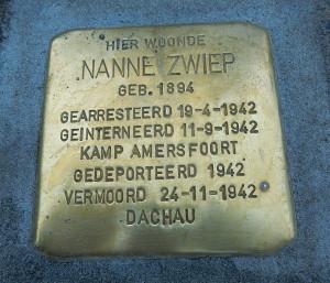 De Stolperstein ter nagedachtenis aan dominee Nanne Zwiep