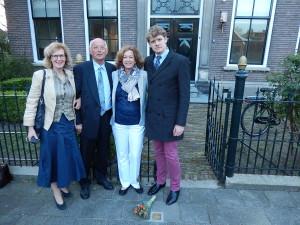 De familie bij de Stolperstein voor Nanne Zwiep