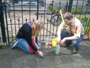 Scouts maken de stolperstein voor dominee Nanne Zwiep schoon in 2015