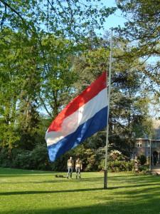 Dodenherdenking Enschede - Nederlandse vlag halfstok