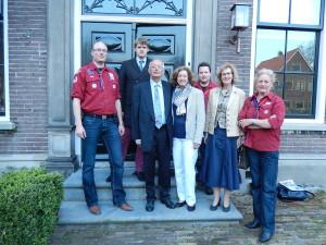 De familie Zwiep met de afvaardiging van onze groep op de trap van Thorbeckelaan 20 in Enschede