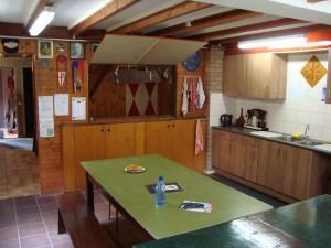 Keuken en leiderskamer met doorkijk naar de hal