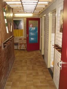 Hal (deels) met rechts de toiletten