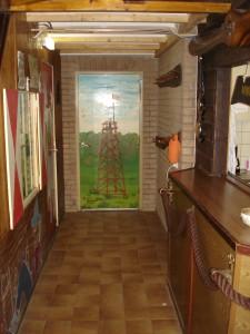 Hal (deels) met deur scoutslokaal