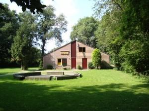 Clubgebouw met kampvuurplaats
